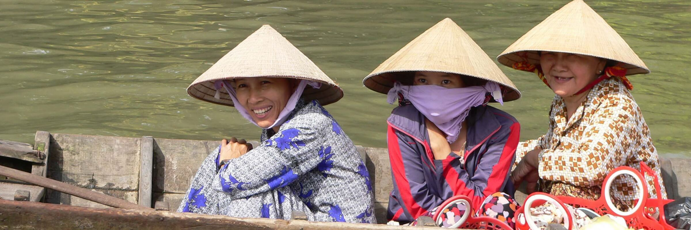 Eine Gruppe Frauen ist in einem Boot in Cần Thơ im Mekong Delta unterwegs.