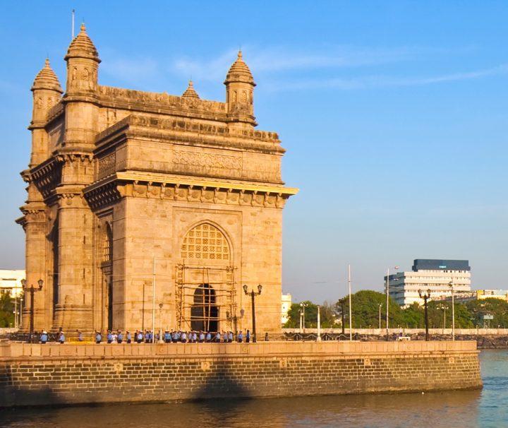 Laut der Geschichte sind am Gateway of India die letzten Britischen Truppen 1948 aus Indien abgezogen, heute fahren hier Boote die Passagiere zur Insel Elephanta.