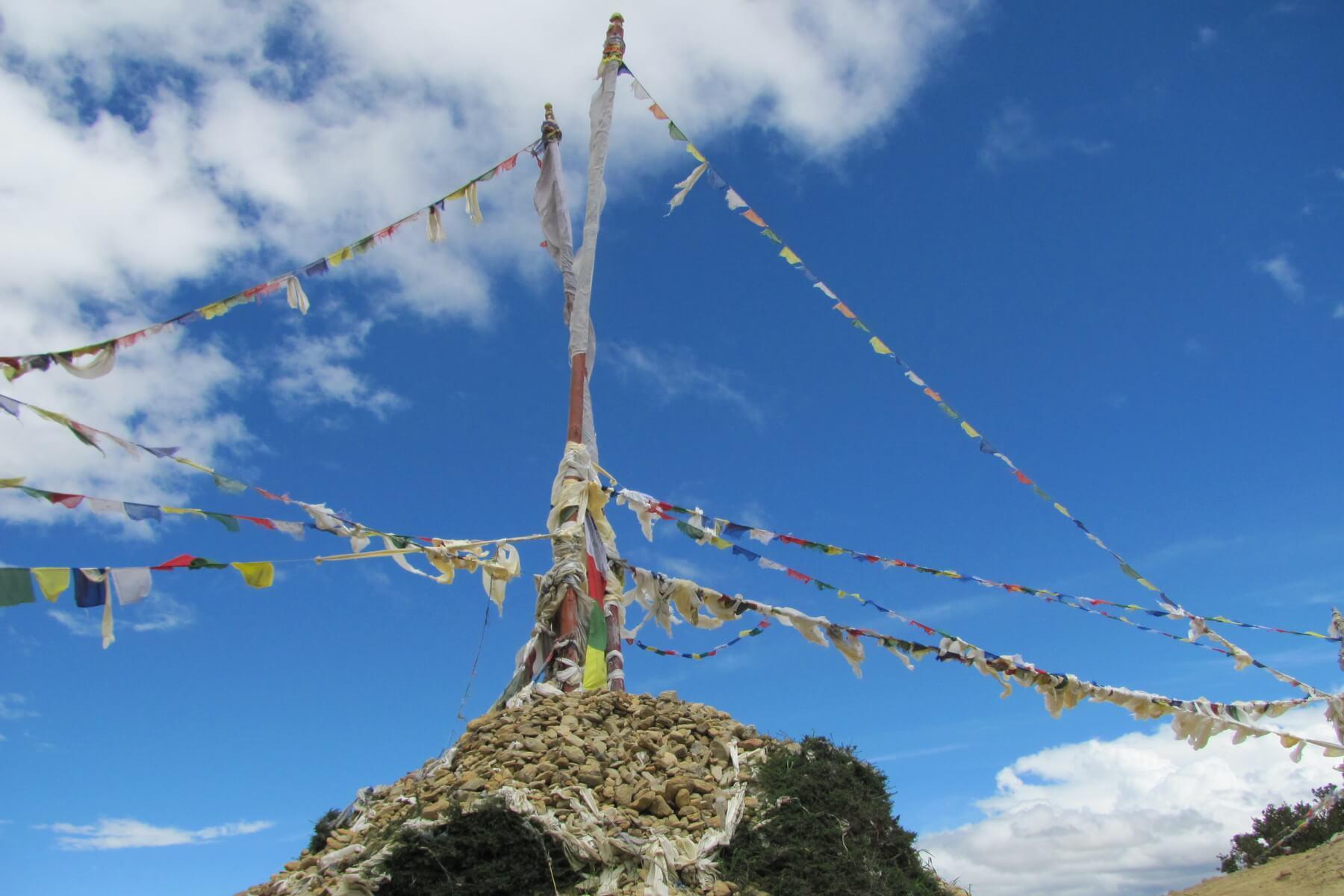 Gebetsfahnen am Mustang Trek in Nepal
