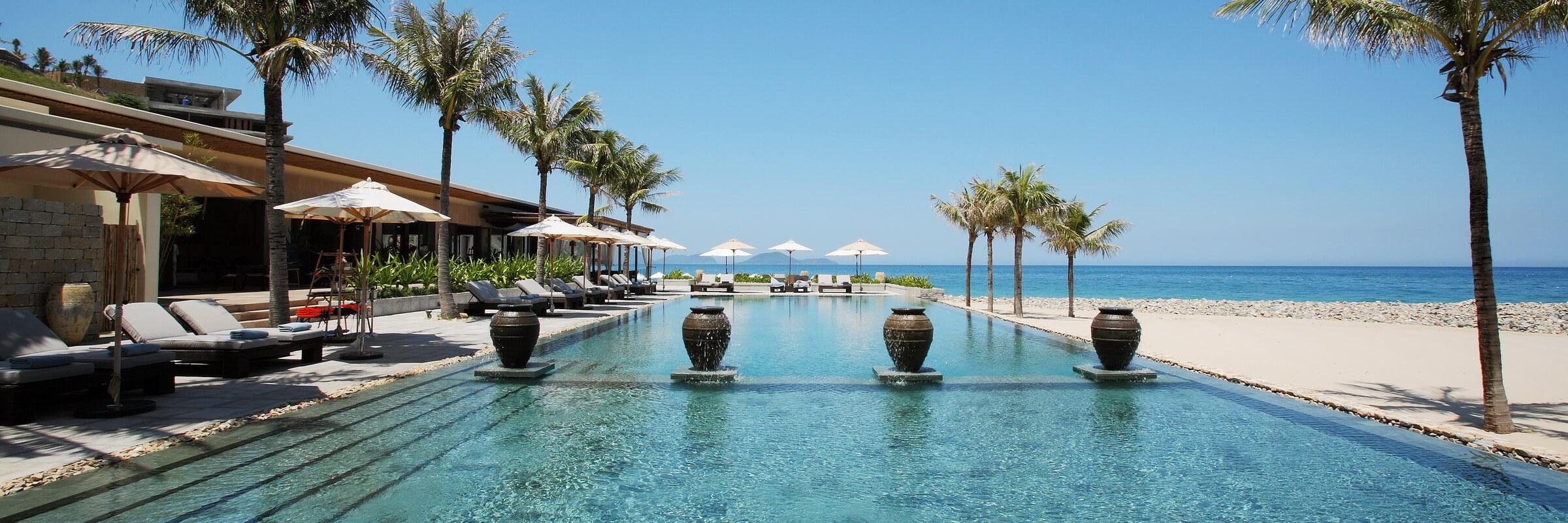 Der große Swimmingpool im Mia Resort Nha Trang befindet sich in Strandhähe und ist allen Gästen zugänglich.