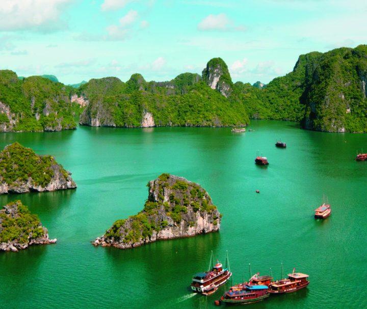In der etwa 170 km östlich von Hanoi gelegen Halong-Bucht im Golf von Tonkin ragen rund 2.000 Inseln aller Größen und in skurrilen Formen aus dem Wasser.