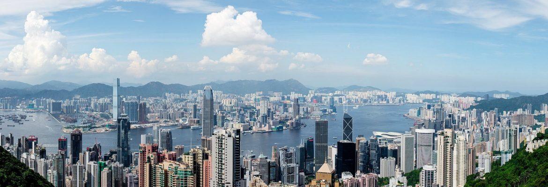 Die Halbinsel Kowloon und der Norden von Hong Kong Island, die durch die schmale Meerenge Victoria Harbour getrennt sind, sind die dichtbesiedelsten Gebiete Hongkongs.
