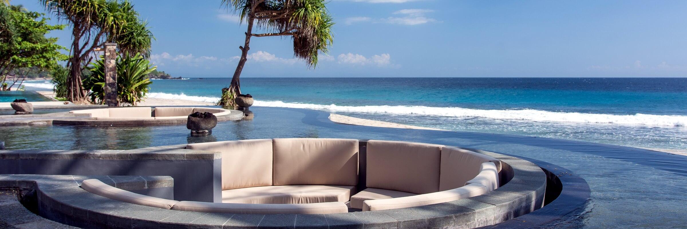 Der Infinity Pool mit eingebettetem Sofa im Katamaran Resort auf Lombok läd zum Entspannen ein