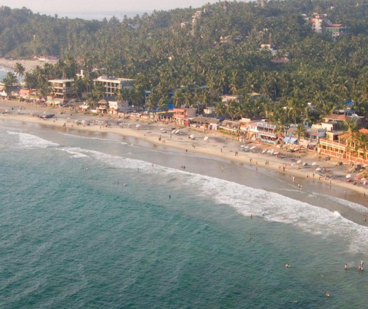 Der Kovalam Beach wmisst etwa 2 km und ist durch Felsen in die Abschnitte