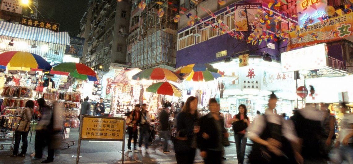 Der Ladies Market findet hauptsächlich nachmittags und abends statt und bietet eine Vielzahl an modischen Kleidungsstücken und Accessoires. Häufig sind hier Plagiate weltberühmter Designer zu finden.