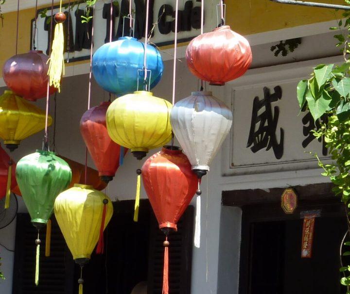 Der Anblick von mit farbenfrohen Lampions geschmückten Hauswänden ist keine Seltenheit in Hoi An.