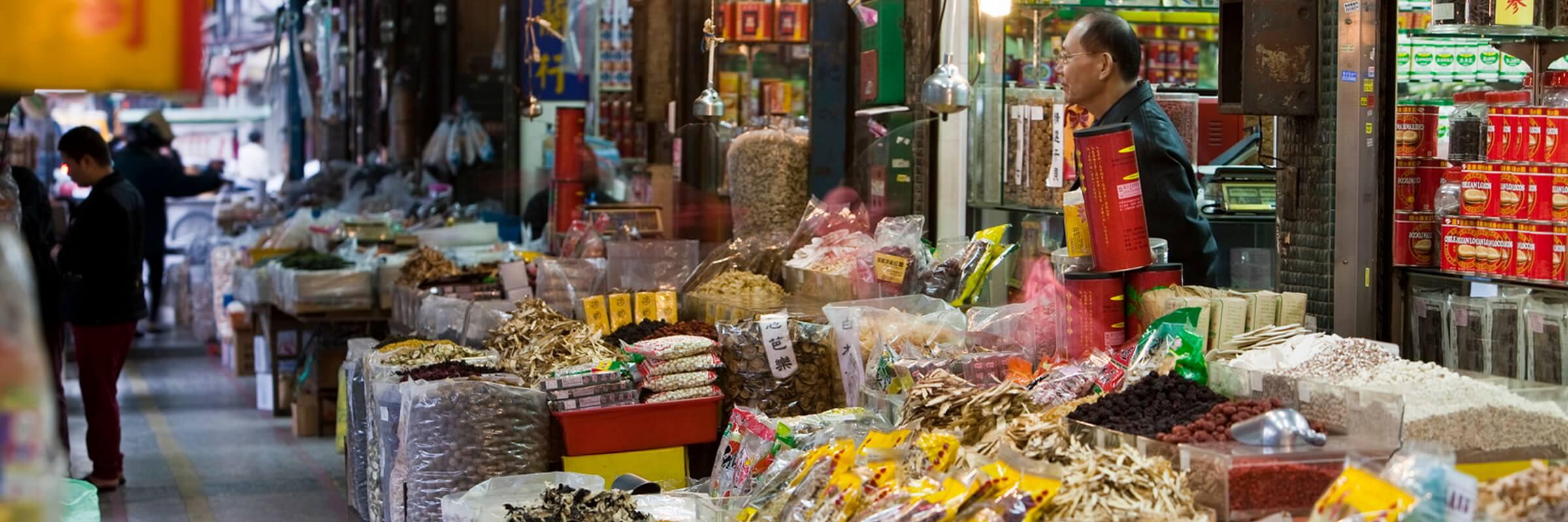 Die Dihua Street in Taipeh ist bekannt für ihre vielen farbenfrohen Marktstände und kleine Läden.