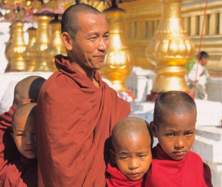 Im stark buddhistisch geprägten Myanmar trifft man überall auf Mönche und Novizen.