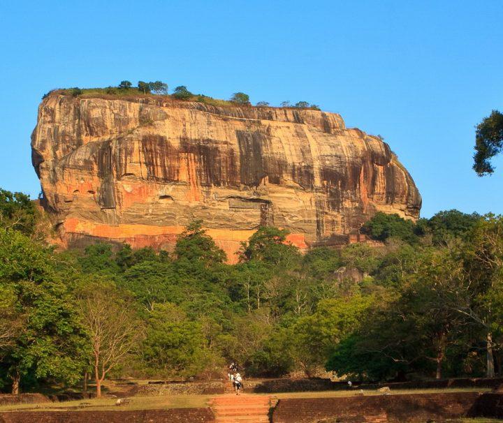 Auf dem Monolith Sigiriya auf Sri Lanka befinden sich die Ruinen einer historischen Felsenfestung. 1982 wurde Sigiriya zum UNESCO-Weltkulturerbe erklärt.