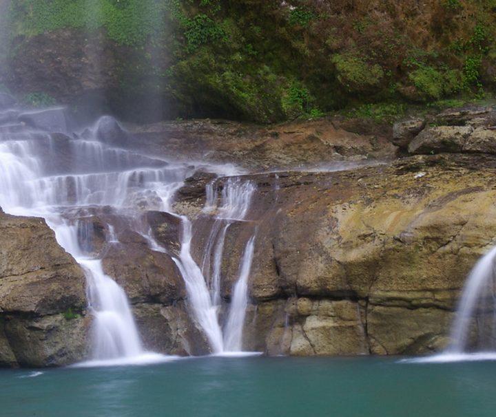 Der Pagsanjan-Wasserfall auf Luzon befindet sich in der philippinischen Provinz Laguna und gehört zu den größten touristischen Sehenswürdigkeiten der Region.