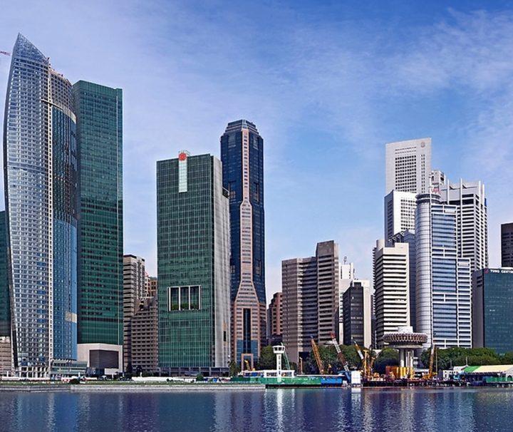 Entlang des Singapore Rivers bis hin zur Marina Bay ragen zahllose Wolkenkratzer in den Himmel.