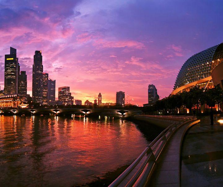 Besonders während des Sonnenuntergangs bietet Singapur ein traumhaft schönes Fotomotiv.