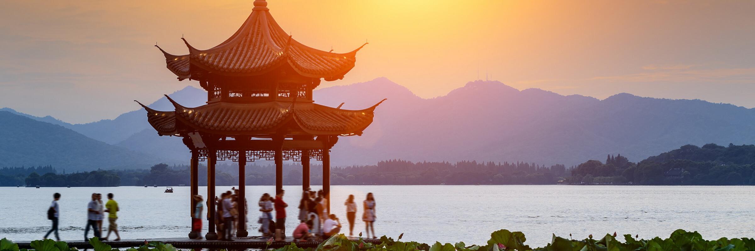 Der malerische West-See in Hangzhou zählt zu den schönsten des Landes und wurde 2011 in die Liste des UNESCO Weltkulturerbes aufgenommen. Ihre China Reisen anspruchsvoll und abwechslungsreich mit den Asienexperten von reisefieber planen
