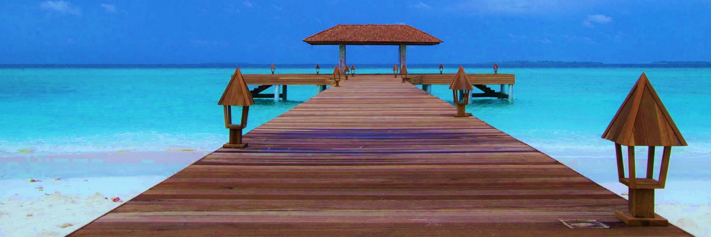 Vom Pier des The Barefoot Eco Hotel kann man leicht in umliegende Meer gelangen und zu Tauchausflügen aufbrechen.