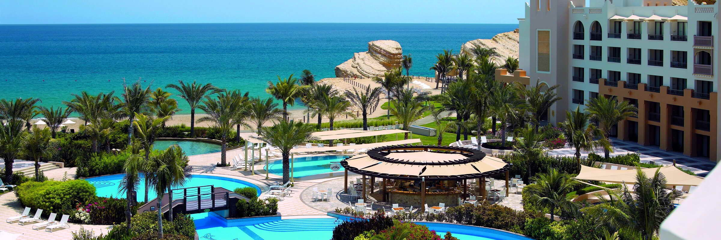 Die einladende Pool- und Gartenlandschaft des Shangri-La Al Waha