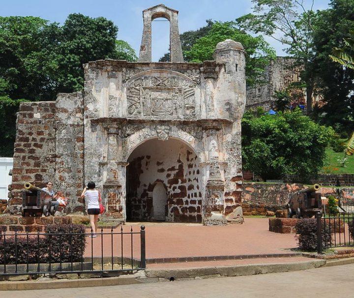 Das Tor Porta de Santiago ist der letzte Überrest des 1511 erbauten, portugiesischen Forts A' Formosa, dass während der britischen Besatzungszeit weitestgehend zerstört wurde.