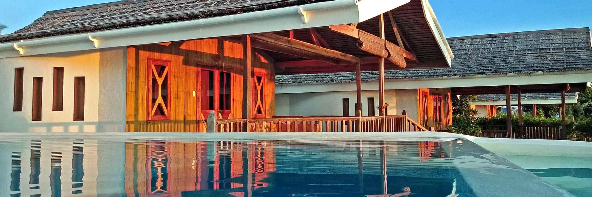 Die Aussenansicht der luxuriösen Prestige Villen des Kawayan Holiday Resort