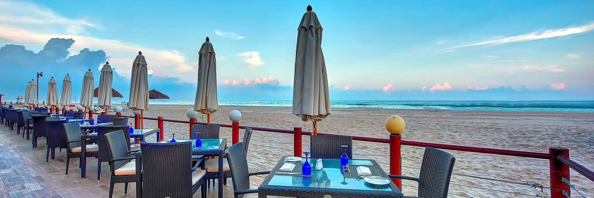 Das Restaurant direkt am Strand im Crowne Plaza Resort mit fantastischem Meerblick