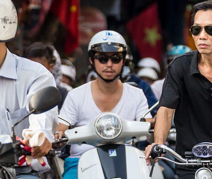 Rollerfahrer prägen das Stadtbild von Hanoi