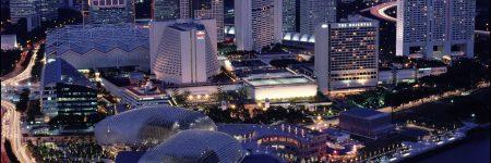 Aus großer Höhe, wie beispielsweise vom Dach eines Wolkenkratzers, kann man zweifelsohne den spektakulärsten Ausblick auf Singapurs Skyline genießen.