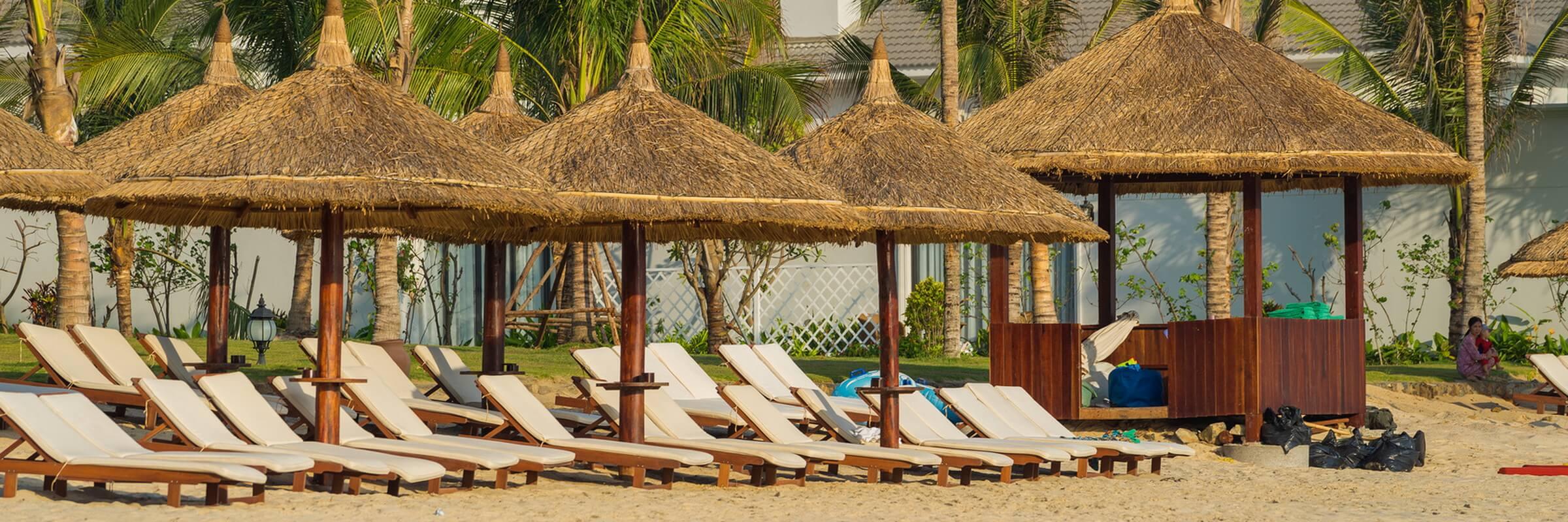 Entlang der Strandpromenade von Nha Trang gibt es Sonnenschirme, Liegestühle und einen umfassenden Strandservice sowie Cafés und Restaurants.