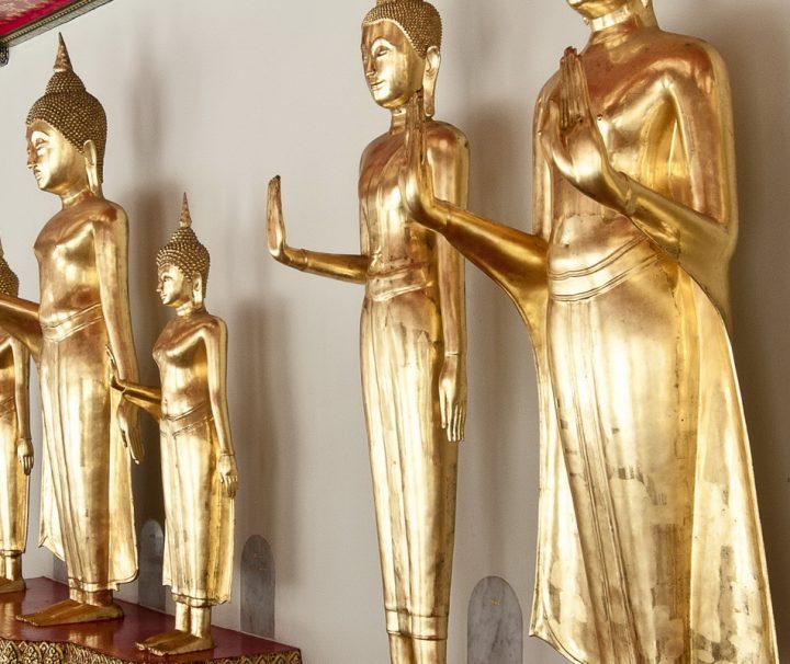Die stenden Buddha Statuen gehören zu den Attraktionen des Tempels.