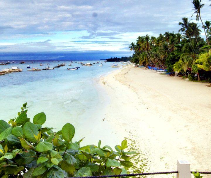 Der weitläufige Strand entlang des Amorita Resort Bohol mit malerischem Panorama