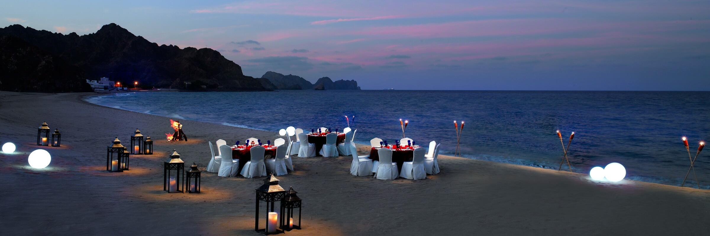 Romantisches Dinner am weitläufigen Strand am Al Bustan Palace in Muscat
