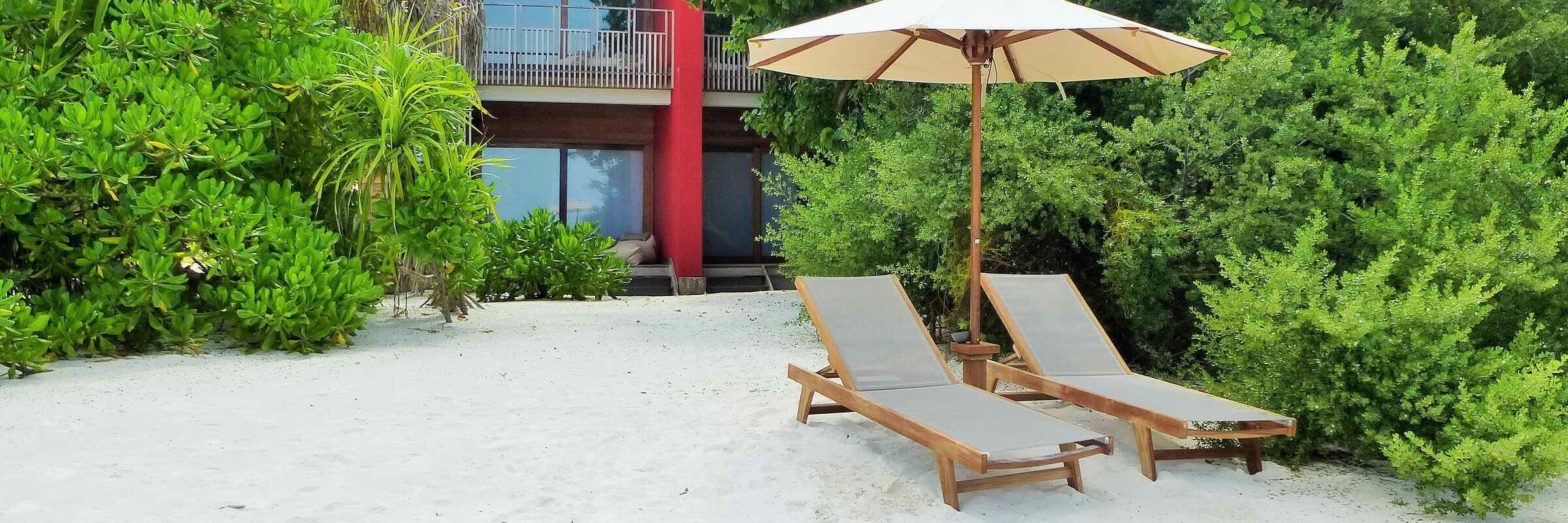 Die Strandliegen am hauseigenen Sandstrand vor The Barefoot Eco Hotel laden zum Verweilen ein.
