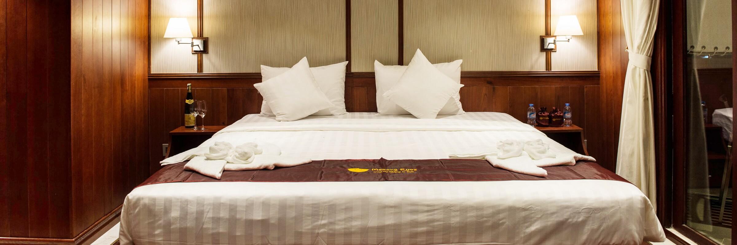 Auf dem Oberdeck der Mekong Eyes Explorer befinden sich vier Suite-Kabinen, die über private Balkone und einen Alkoven mit Tagesbett und Panoramafenster verfügen.