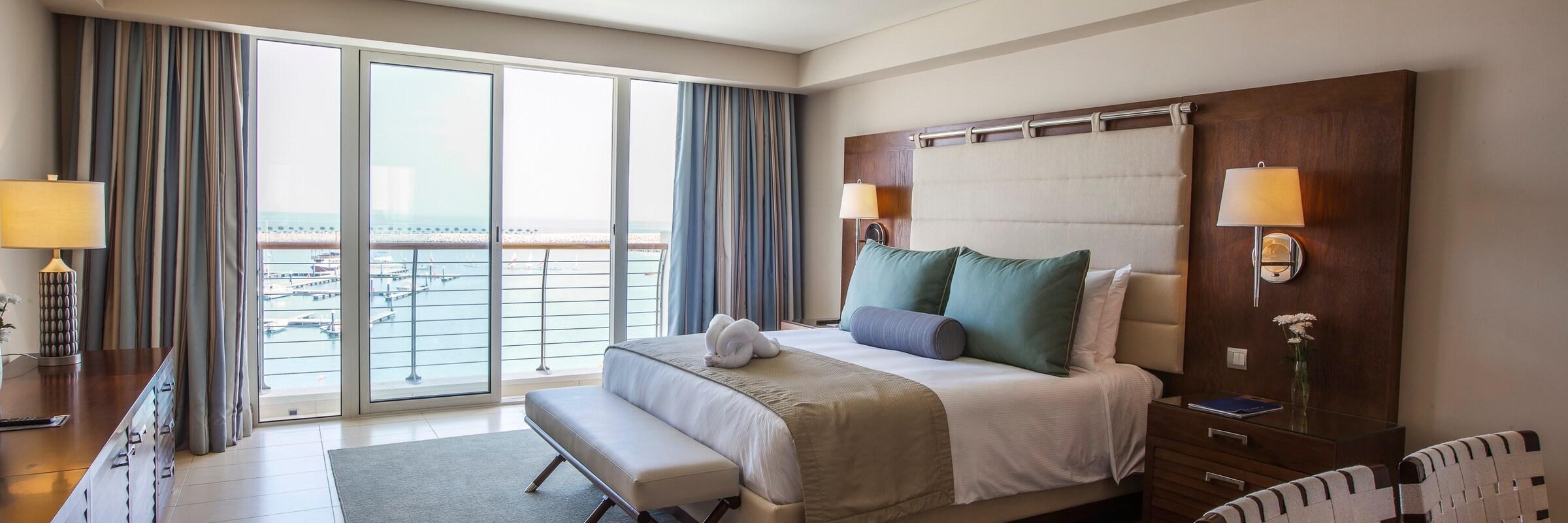 Die Innenansicht der stilvollen Superior Sea View Zimmer im Millennium Resort Mussanah mit Meerblick
