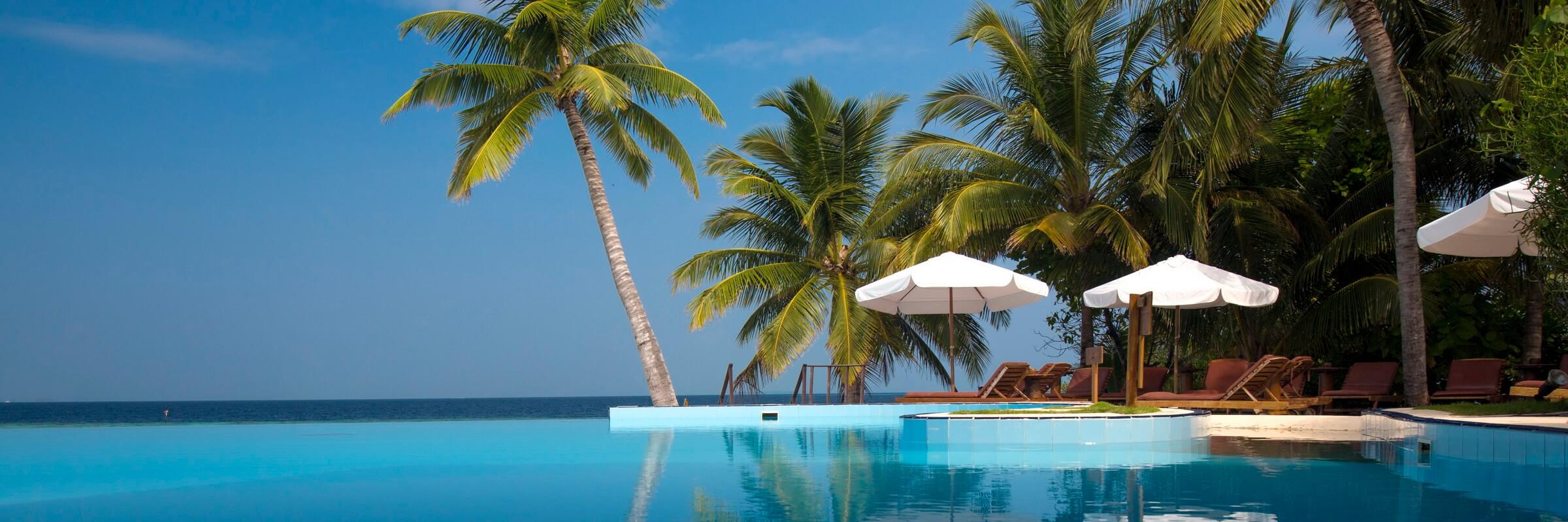 Im Filitheyo Island Resort steht den Gästen ein großer Swimminpool mit Poolbar und Terrasse zur Verfügung.