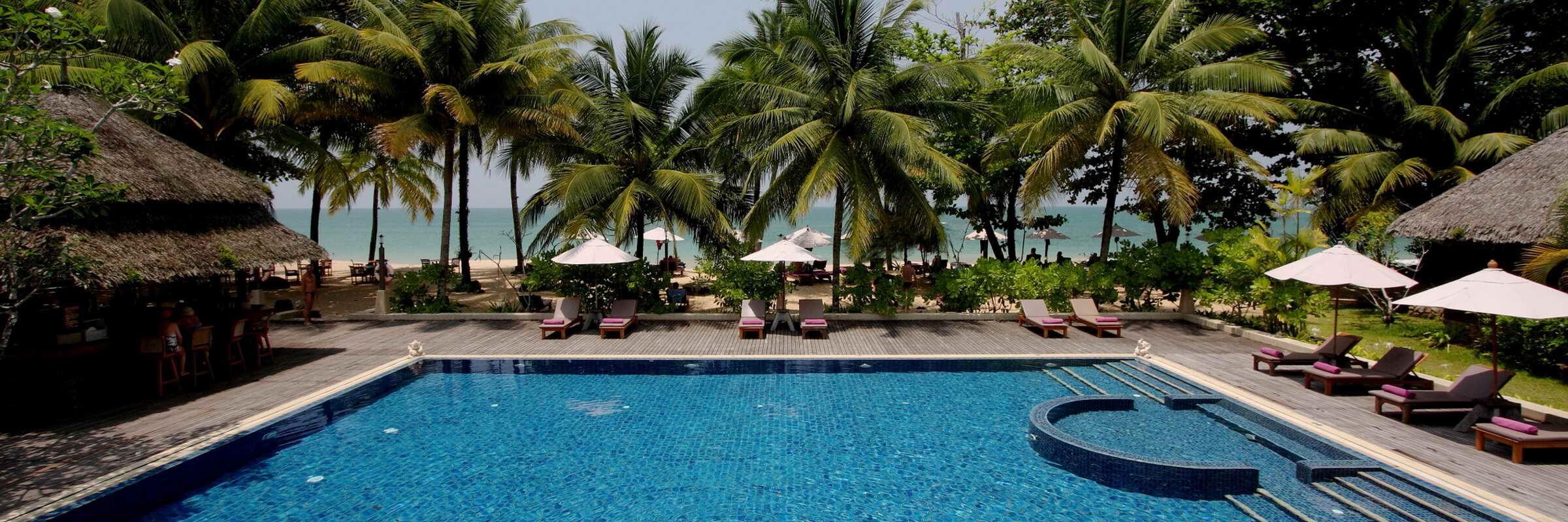 Ein großer Swimmingpool mit Sonnenterrasse lädt im Khaolak Paradise Resort zum Entspannen und Erholen ein.