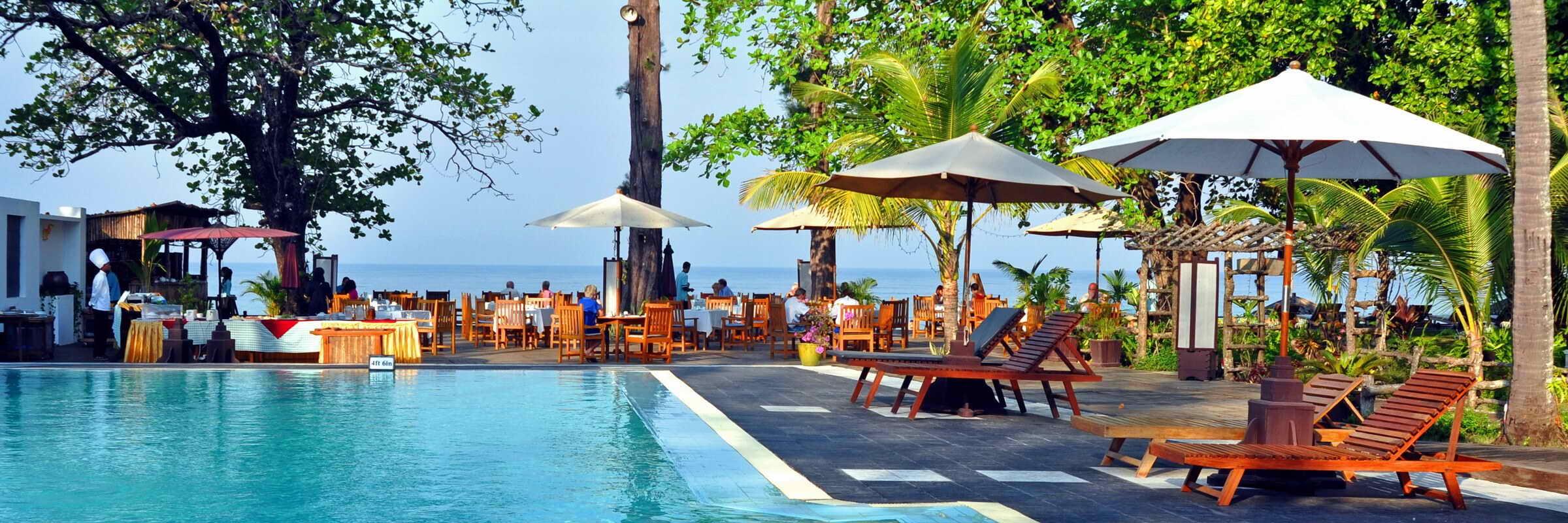 Ein großer Swimmingpool sorgt für Erfrischung im Thande Beach Hotel und lädt zum Sonnenbaden und Relaxen ein.