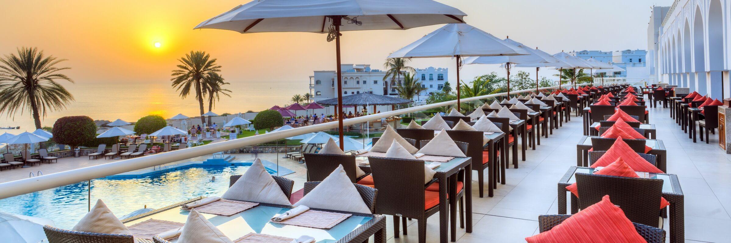 Die einladende Terrasse des Crowne Plaz Hotel mit atemberaubendem Meerblick im Crowne Plaza Hotel