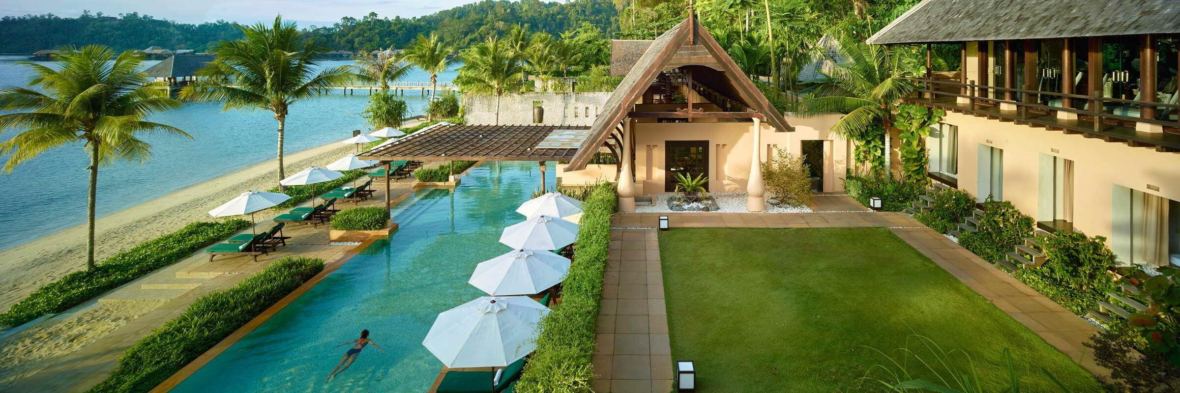 Die luxuriöse Anlage des Gaya Island Resorts ist umgeben von tropischer Dschungelvegetation und einem üppigen Mangrovenwald.