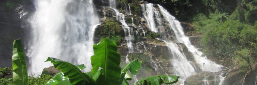 Der Vachirathan-Wasserfall ist im Ostteil des Nationalparks Doi Inthanon gelegen und fällt aus einer Höhe von 70 m aus der Mae Klang-Schlucht.