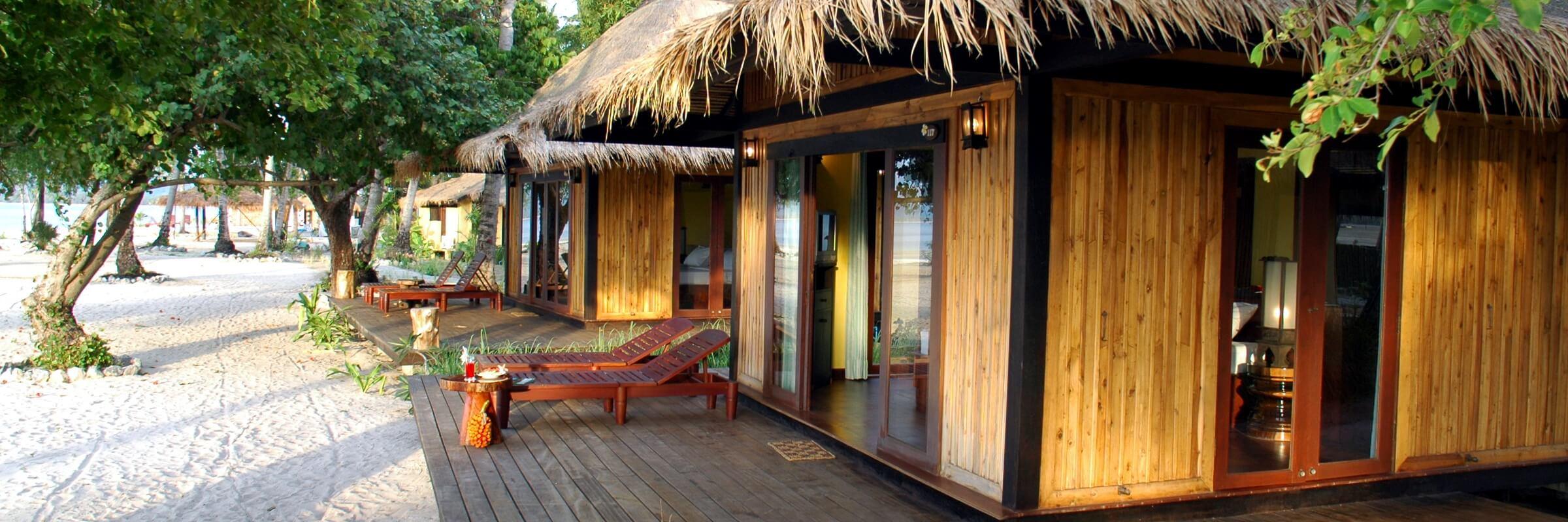 Aussenansicht auf die stilvollen Villen im Sivalai Beach Resort Koh Mook am Strand