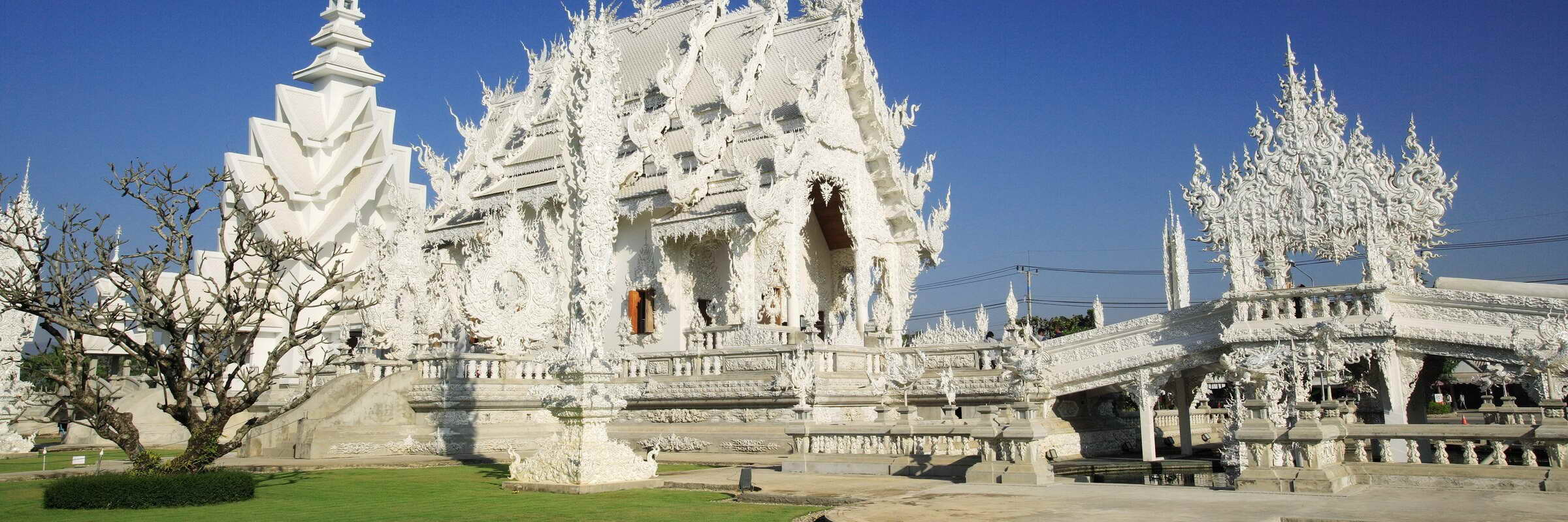 Der noch einige Jahrzehnte andauernde Bau des Wat Rong Khun (Weißer Tempel) begann 1997 und wird ausschließlich durch Spenden finanziert.