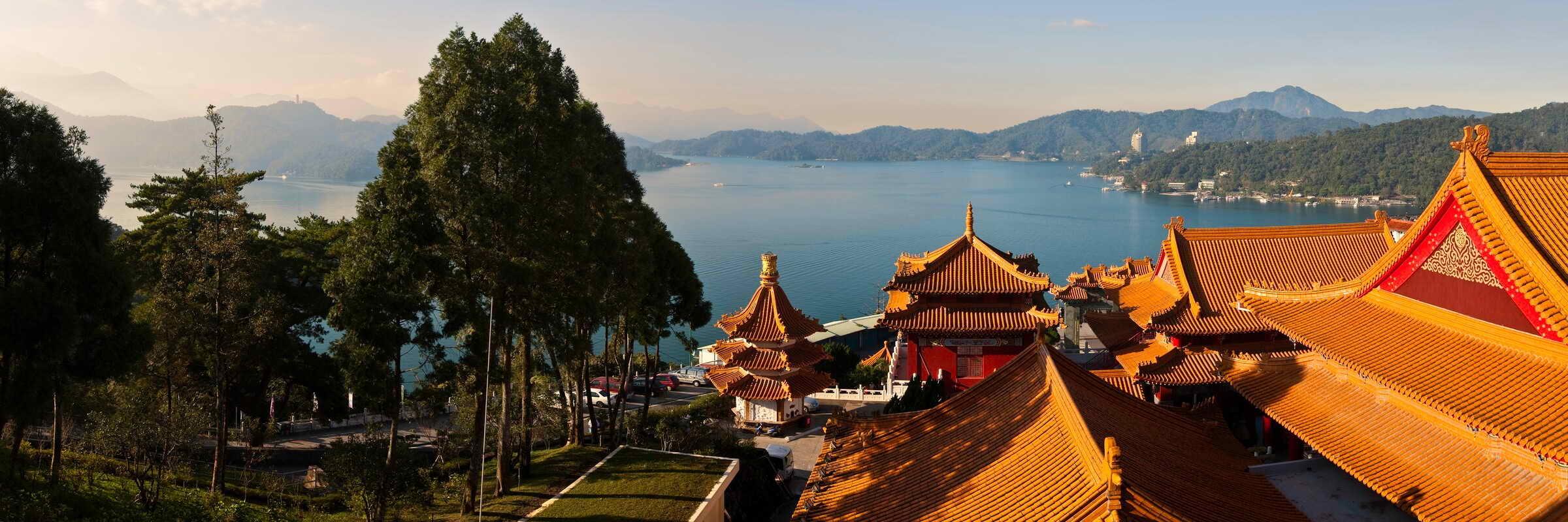 Der Sonne-Mond-See in Taiwan ist von subtropischen Wäldern umgeben und ähnelt in seiner Form den chinesischen Schriftzeichen für Sonne und Mond.