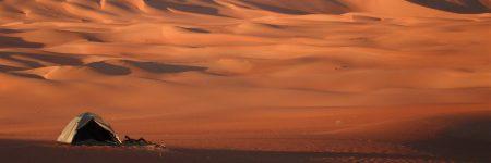 Die Wüste Wahiba Sands im Oman ist ungefähr 80 km breit und verfügt über eine Nord-Süd-Ausdehnung von 180 km.