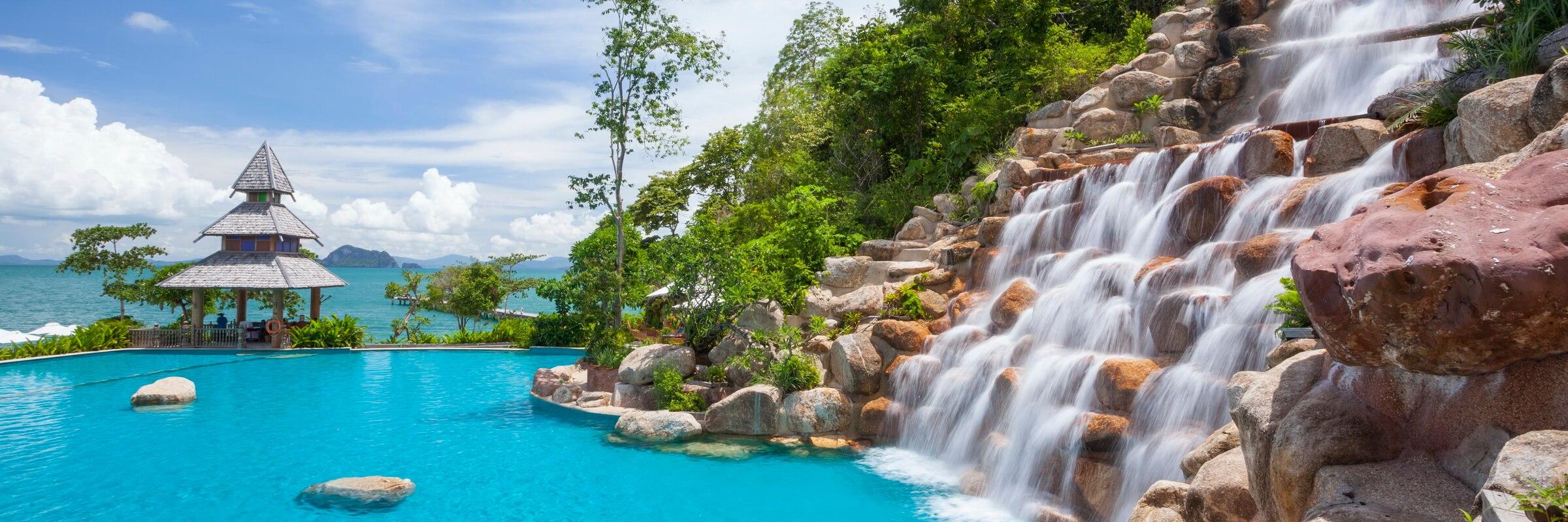 Der ausladende Pool mit zahlreichen Sonnenterassen im Santhiya Resort auf Koh Yao Yai