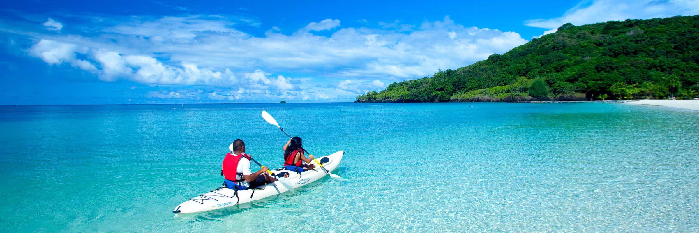 Im Tauchcenter des Palau Pacific Resorts werden verschiedene Ausflüge und Kurse angeboten, darunter auch Kayak- und Katamarantouren.