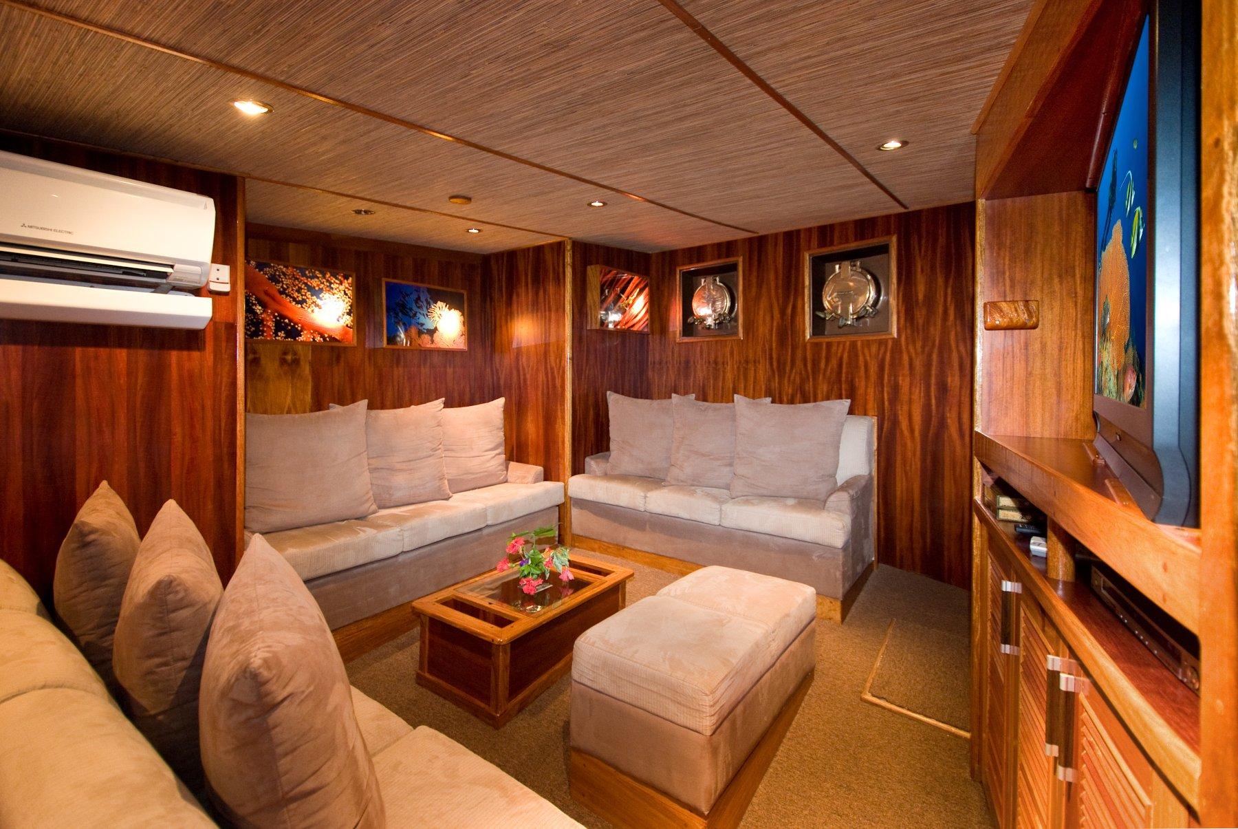 Die Lounge an Bord der Ocean Hunter III verfügt über einen Barbereich mit Sitzgelegenheiten, eine TV/DVD Anlage sowie eine kleine Bibliothek.