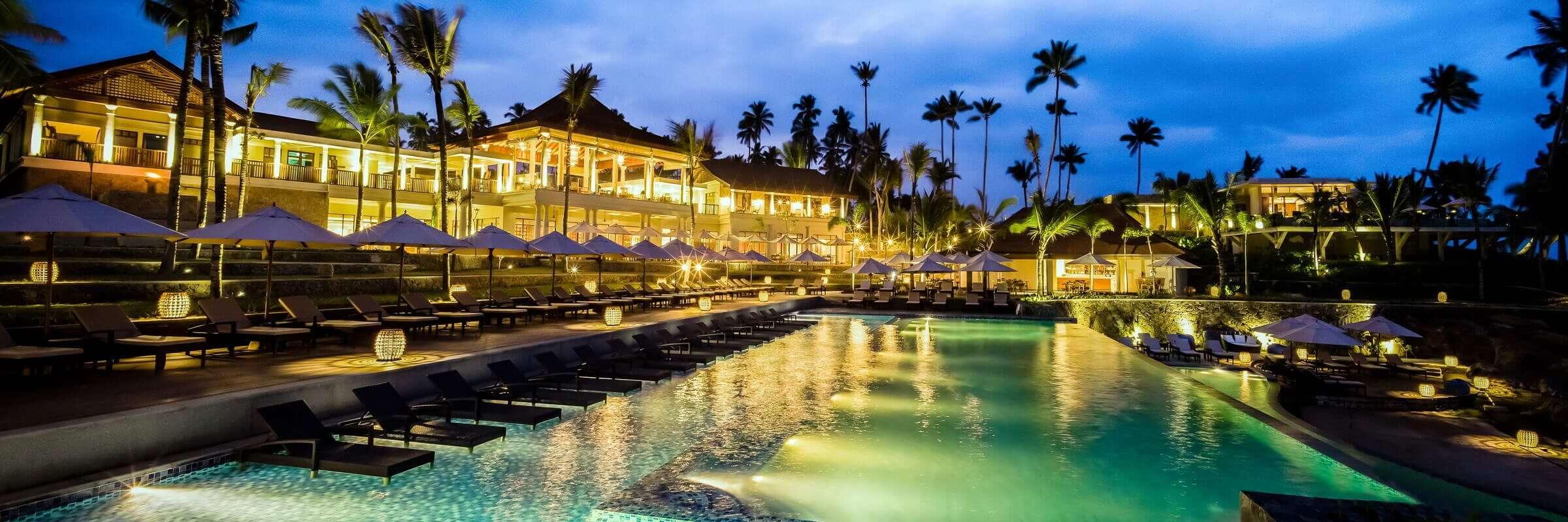 Der einladende Pool im Anantara Peace Haven Tangalle Resort bei Abenddämmerung