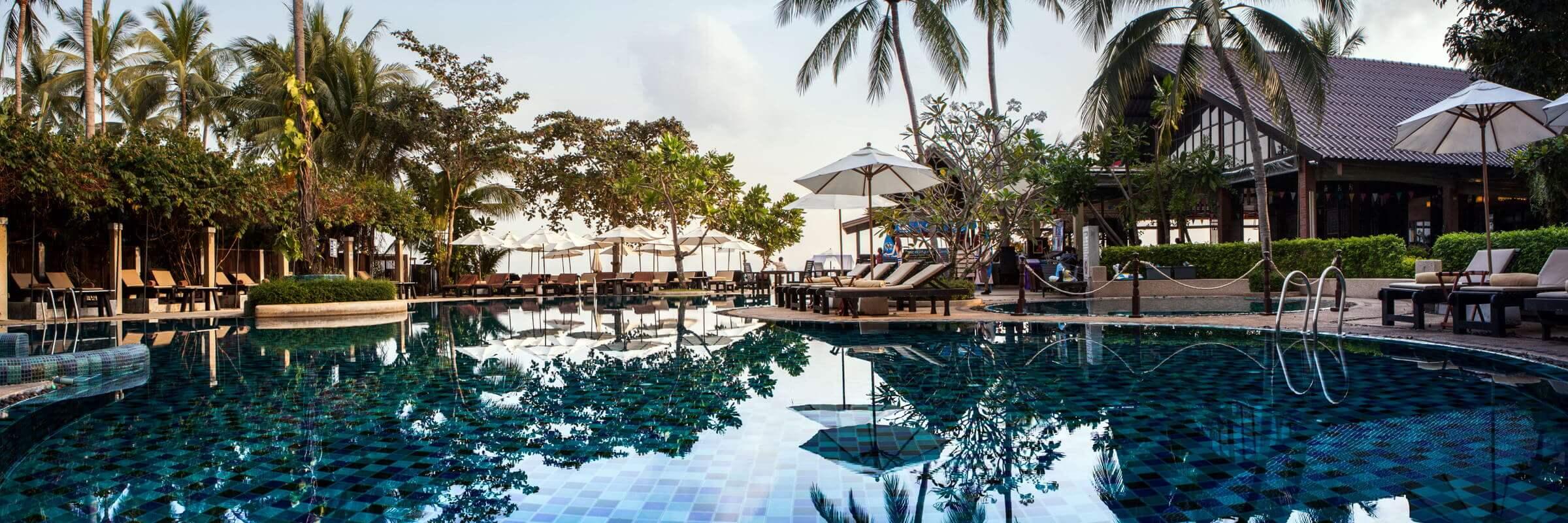 Ausblick auf den schön angelegten Poolbereich mit Sonnenterrasse des Peace Resorts auf Koh Samui, Thailand.