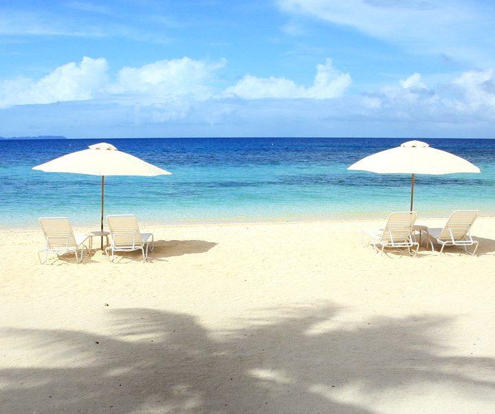 Liegestühle und Badetücher stehen am Privatstrand des Palau Pacific Resorts kostenfrei zur Verfügung.