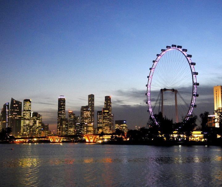 Das Riesenrad Singapur Flyer erreicht eine Höhe von 165 m, in jeder der 28 Gondeln haben 28 Menschen Platz, eine Fahrt dauert etwa 30 Minuten.