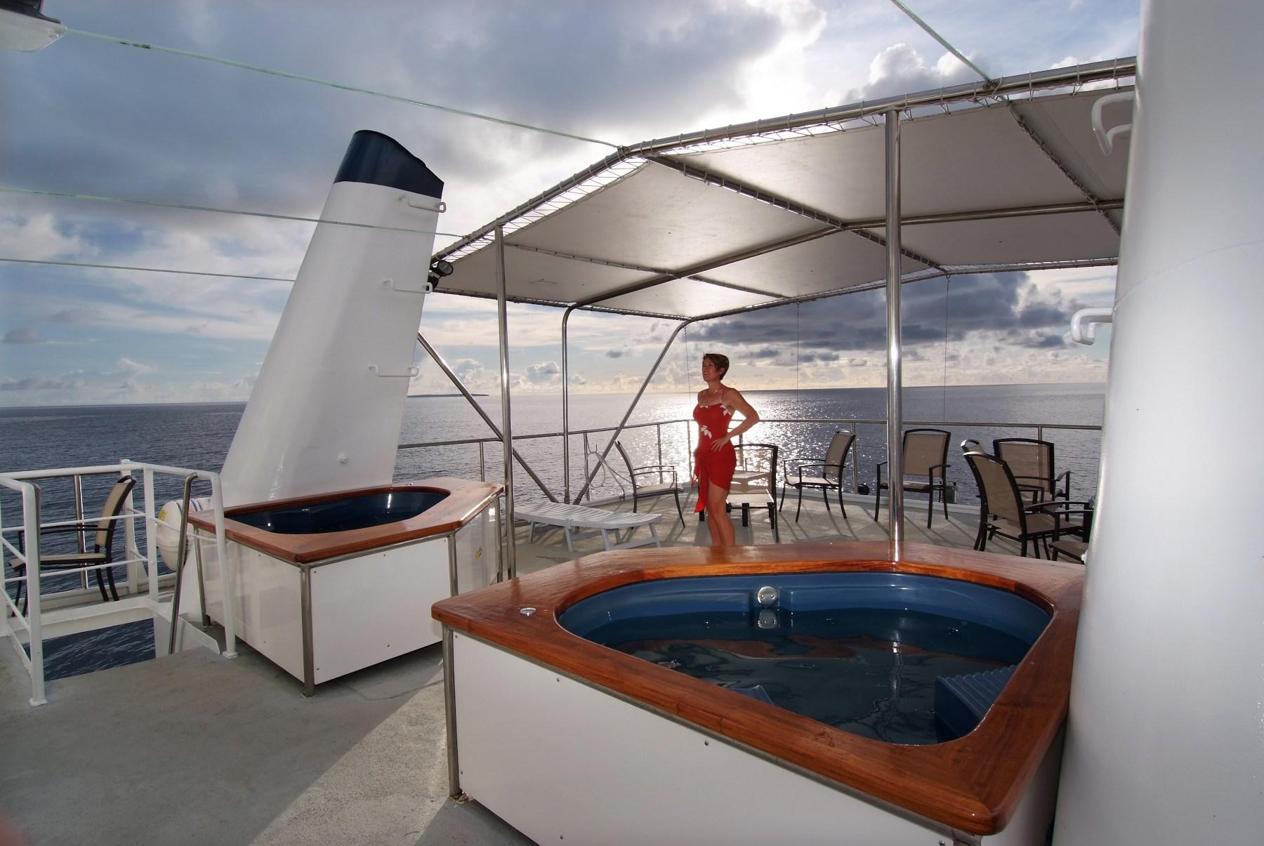 Im Außenbereich der Ocean Hunter III ist das Sonnendeck mit Jaccuzzi zu finden.