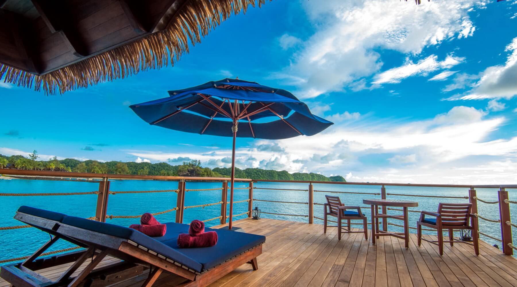 Von den 37 qm großen Terrassen der Wasserbungalows im Palau Pacific Resort können Gäste direkt ins Meer gelangen.